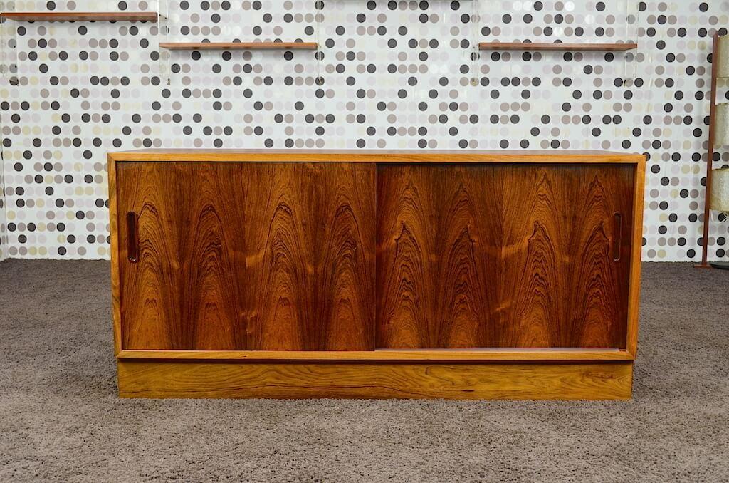 meuble bas scandinave en palissandre de rio poul hundevad. Black Bedroom Furniture Sets. Home Design Ideas
