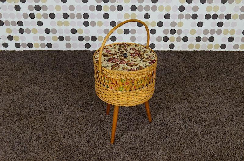 boite couture travailleuse pi tement tripode vintage 1960 design vintage avenue. Black Bedroom Furniture Sets. Home Design Ideas