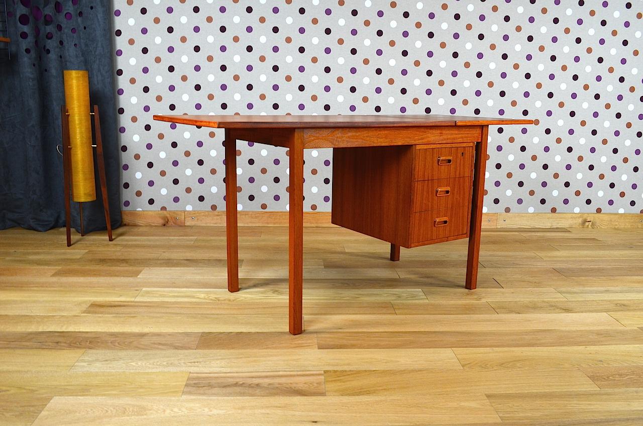 bureau design scandinave en teck vintage ann e 1960. Black Bedroom Furniture Sets. Home Design Ideas
