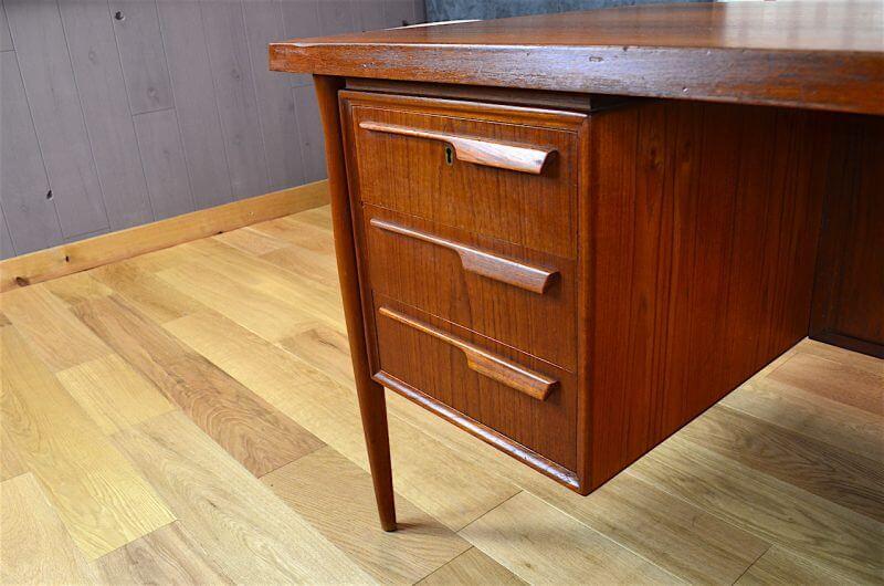 bureau design scandinave en teck vintage 1960. Black Bedroom Furniture Sets. Home Design Ideas