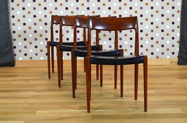 série de 4 Chaises Danoise modèle 77 de Niels Moller Niels O. Moller Vintage 1959, série de sièges scandinave en teck et simili-cuir noirdessiné en 1959.
